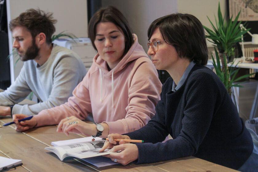 Digitale Leute - Mariana Gütt - Demodern - Marianas Team beim täglichen Standup in ihren Büroräumen in Hamburg.