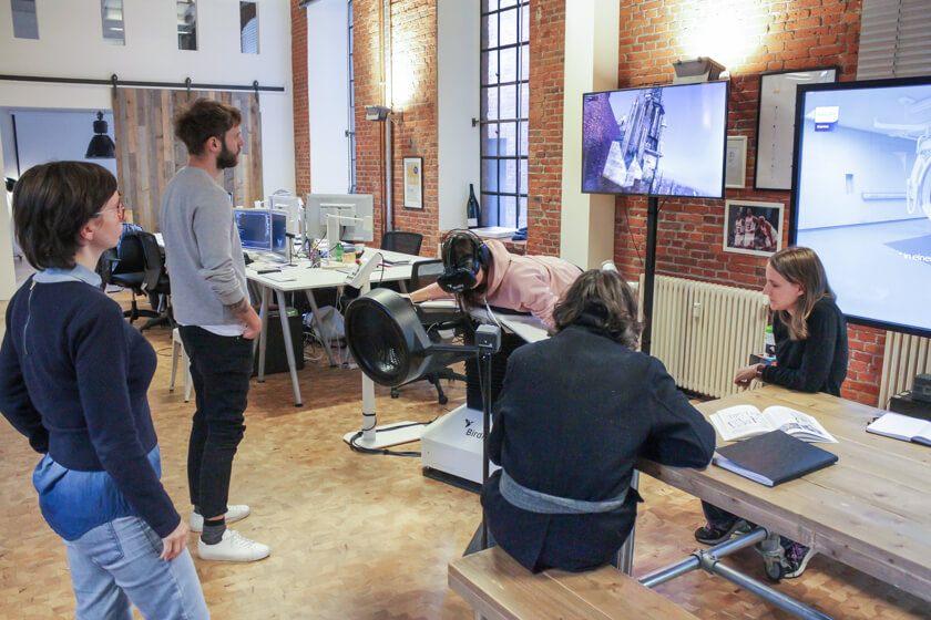 Digitale Leute - Mariana Gütt - Demodern - Das Team rund um Mariana beim Test mit der Birdly-Maschine.
