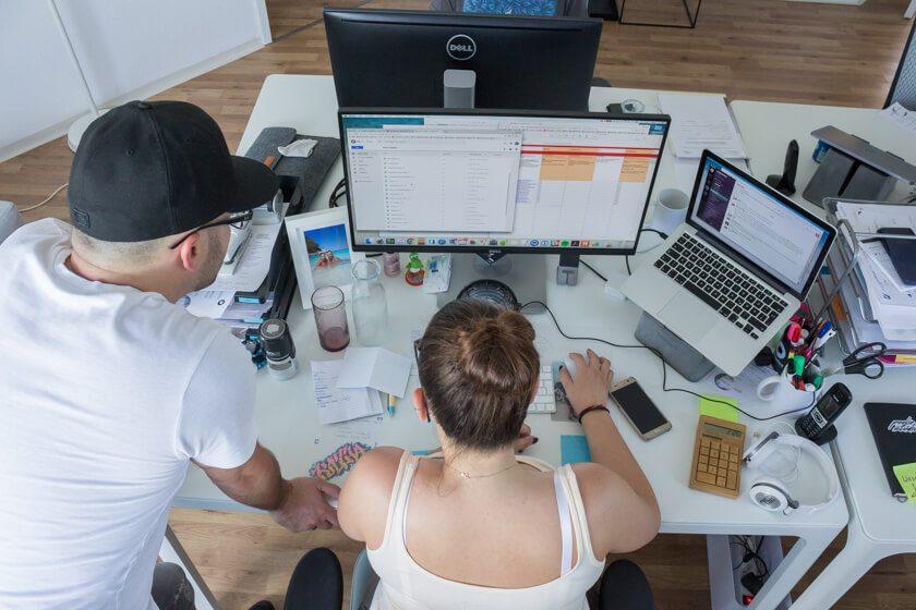 Digitale Leute - Alexander Kaiser - Pooliestudios - Alexander, der Inhaber der Pooliestudios im Gespräch mit einer Mitarbeiterin.