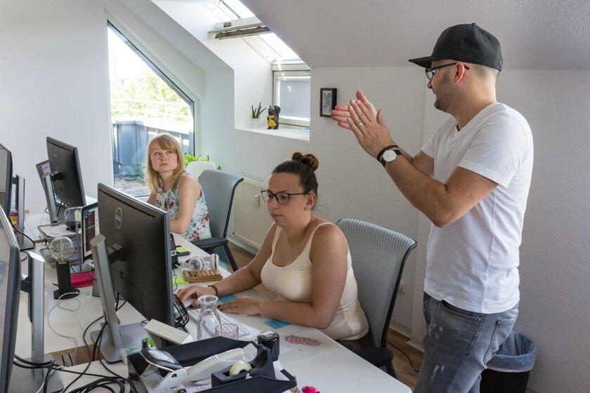 Digitale Leute - Alexander Kaiser - Pooliestudios - Applaus für Alex Mitarbeiter: Alle Poolies, wie er sie nennt, sind noch immer Teil der Agentur.