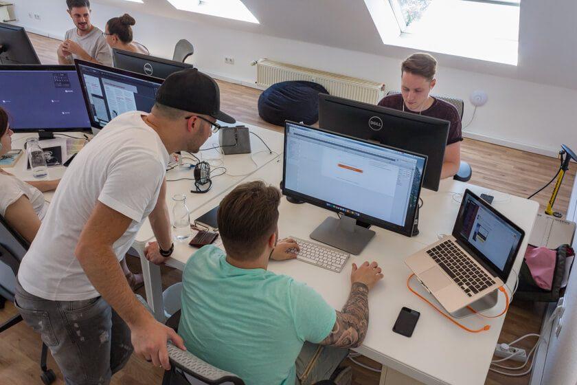 Digitale Leute - Alexander Kaiser - Pooliestudios - Als Inhaber designt Alexander Kaiser nur noch 20 Prozent seiner Zeit; die restliche Zeit geht für Kundenkommunikation und Mitarebiterpflege drauf.