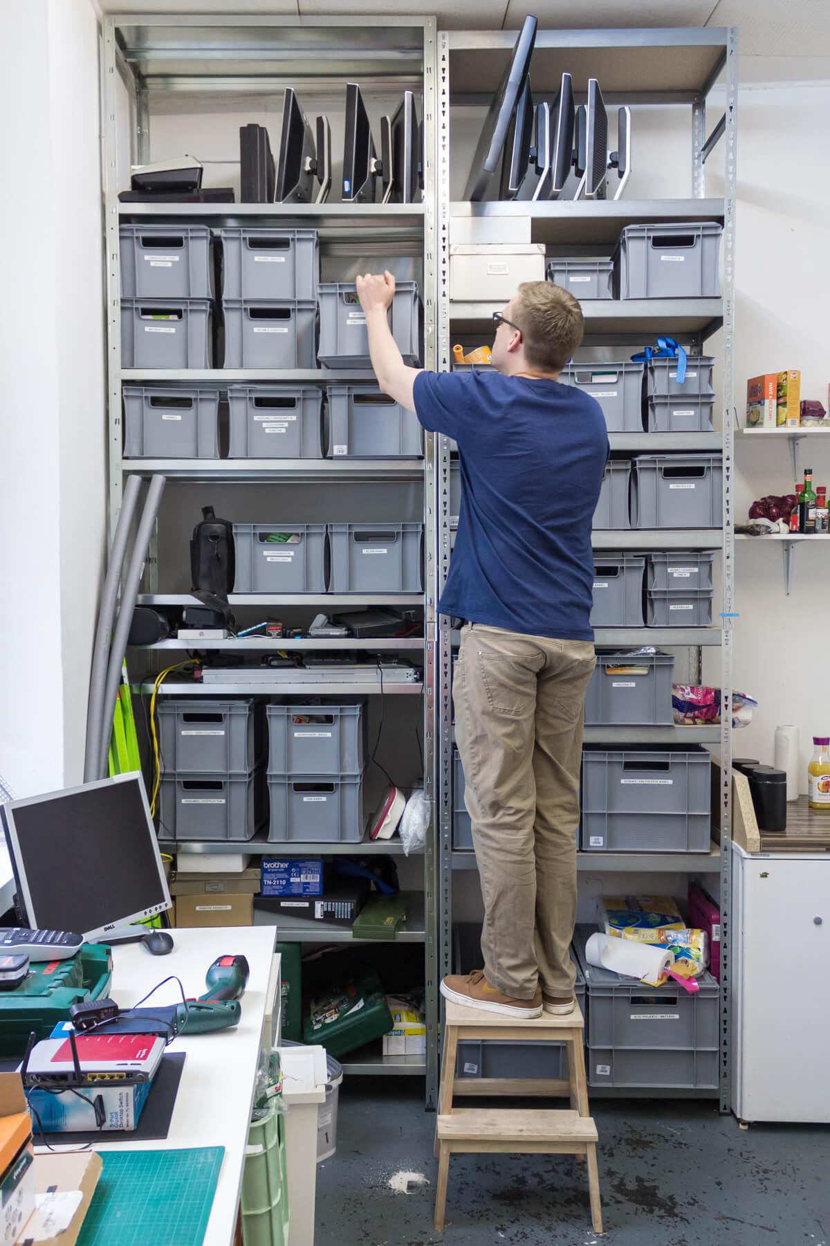 Digitale Leute - Lukas Höh - Fluur - Das Lager von Fluur, in dem sie viel Material für ihre Installationen und Projekte gelagert haben.