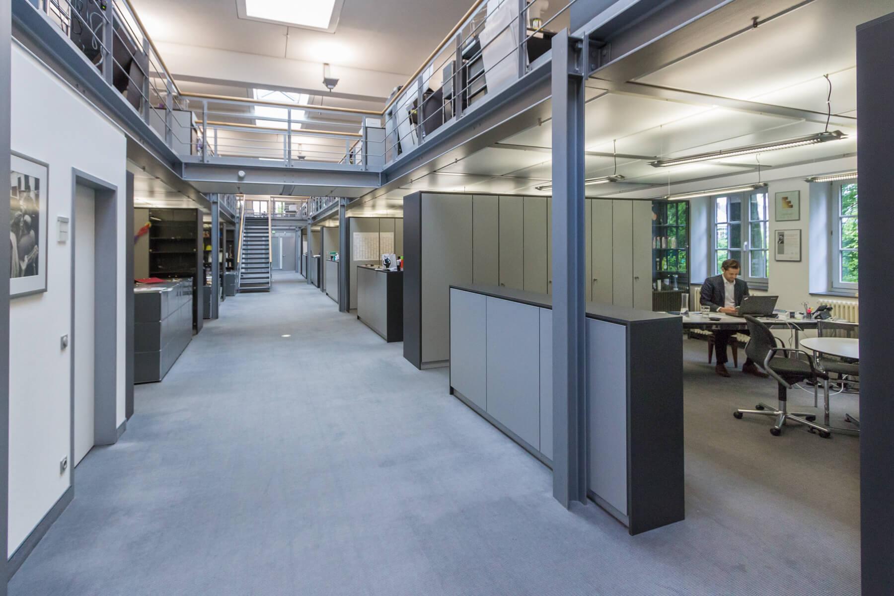 Digitale Leute - Dr. Nils Daeke - Henkel - Nils Daeke an seinem Arbeitsplatz, hier mit viel Officespace außenherum.