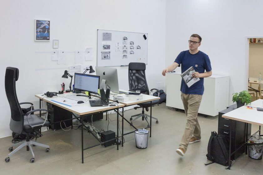 Digitale Leute - Lukas Höh - Fluur - Bei Fluur gibt es jeden Morgen ein Stand-up, Montags spricht das Team alle Projekte einmal durch.