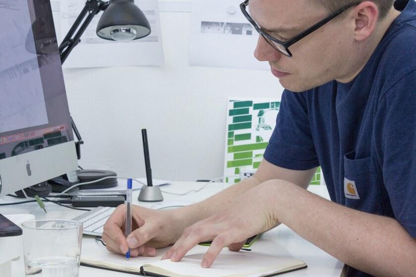 Digitale Leute - Lukas Höh - Fluur - Für Lukas ist der Notizblock noch immer das beste Tool, um Konzepte zu scribbeln und wichtige Termine zu koordinieren.