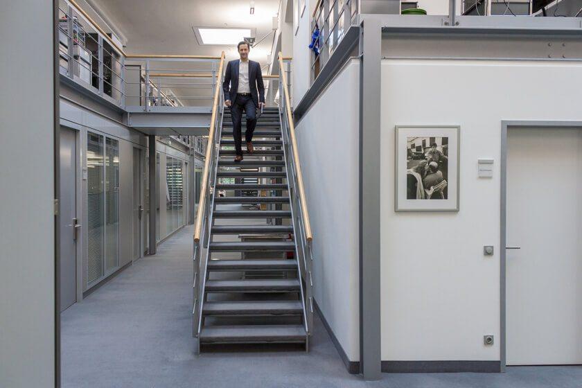 Digitale Leute - Dr. Nils Daeke - Henkel - Dr. Nils Daeke geht die Treppen hinunter.