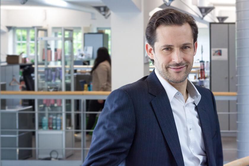 Digitale Leute - Dr. Nils Daeke - Henkel - Portrait von Dr. Nils Daeke auf der Veranda des Officespace bei Henkel am Standort Düsseldorf.