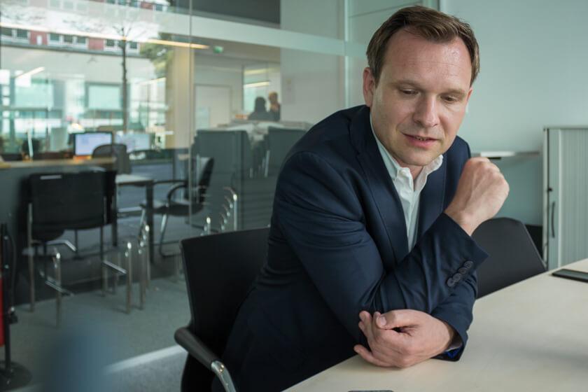 Digitale Leute - Michael Schultheiß - Zeit Online - Michael währen des Interviews im Besprechungsraum.