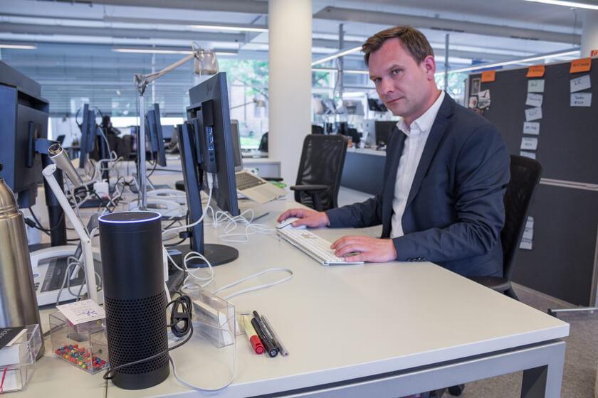 Digitale Leute - Michael Schultheiß - Zeit Online - Auf dem Schreibtisch von Michael Schultheiß, Leiter der Entwicklungsredaktion bei Zeit Online, steht Alexa, denn Conversational UI ist ein Thema, mit dem sich sein Team beschäftigt.