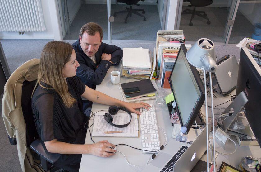 Digitale Leute - Michael Schultheiß - Zeit Online - Michael Schhultheiß, Leiter der Entwicklungsredaktion, ist im Gespräch mit einer Kollegin aus einem anderen Ressort, um ein Projekt zu besprechen.