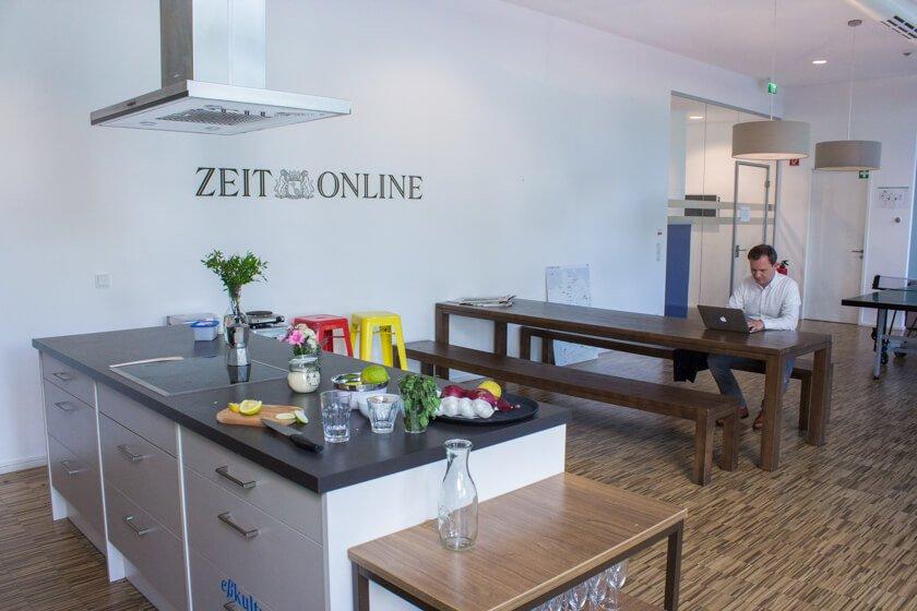 Digitale Leute - Michael Schultheiß - Zeit Online - in der Nähe der Redaktion befindet sich ein kleines Café, in dem immer ein Mitarbeiter von Zeit Online anzutreffen sei, sagt Michael Schultheiß von Zeit Online.