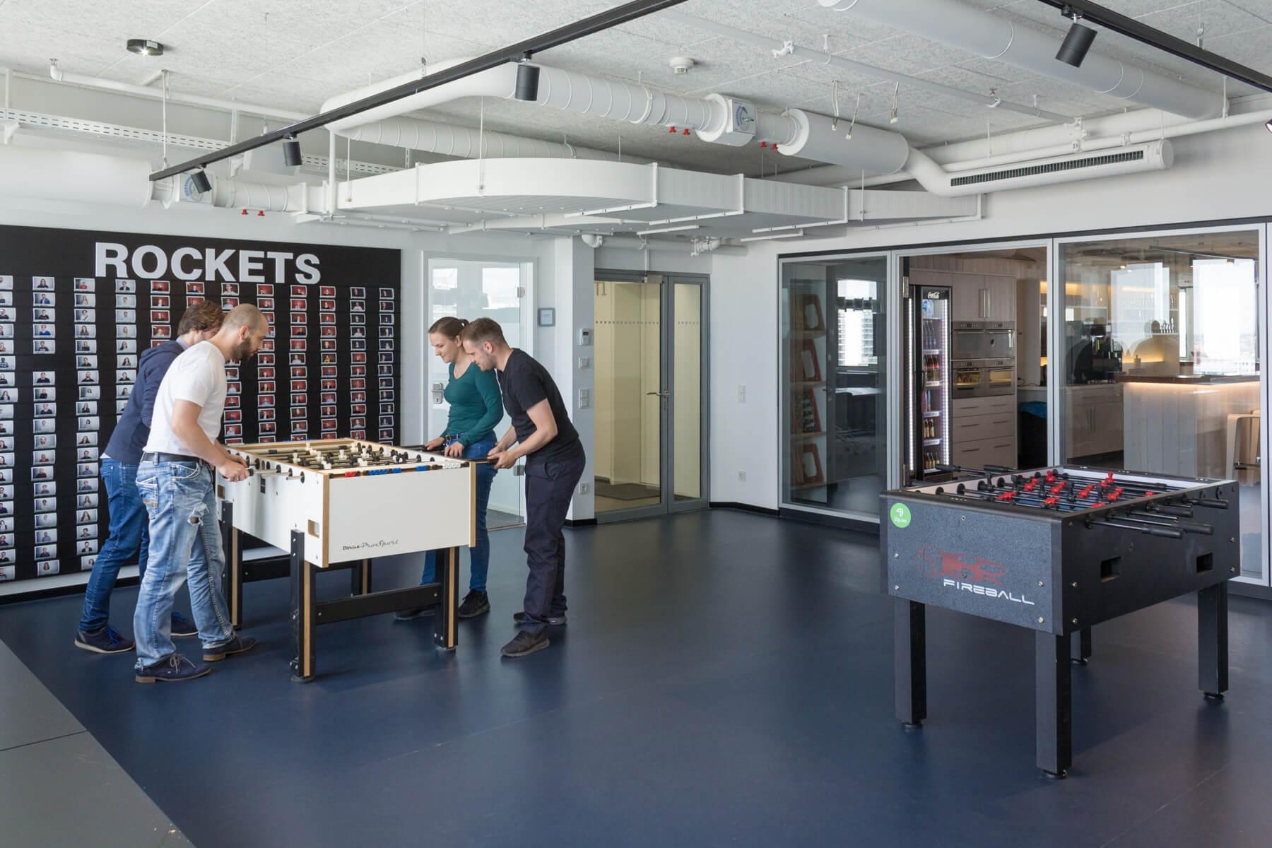 """Digitale Leute - Markus J. Doetsch - Rocket Internet - Gleich neben der Kantine gibt es einen Raum, in dem alle """"Rockets"""" hängen als auch zwei Tischkicker."""