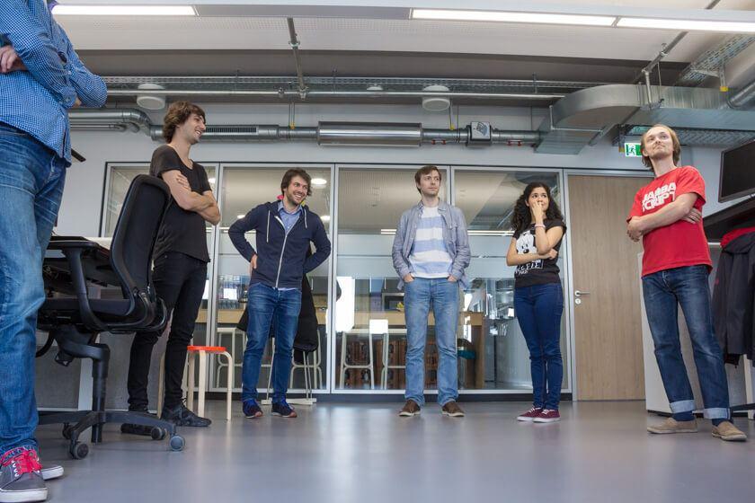 Digitale Leute - Markus J. Doetsch - Rocket Internet - Das tägliche Stand-up für das Interview nachgstellt.