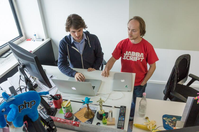Digitale Leute - Markus J. Doetsch - Rocket Internet - Markus und ein Kollege gehen etwas gemeinsam durch.