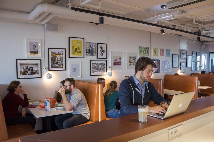Digitale Leute - Markus J. Doetsch - Rocket Internet - Bei Rocket Internet in Berlin ist es auch an der Theke in der Kantine gut arbeiten.