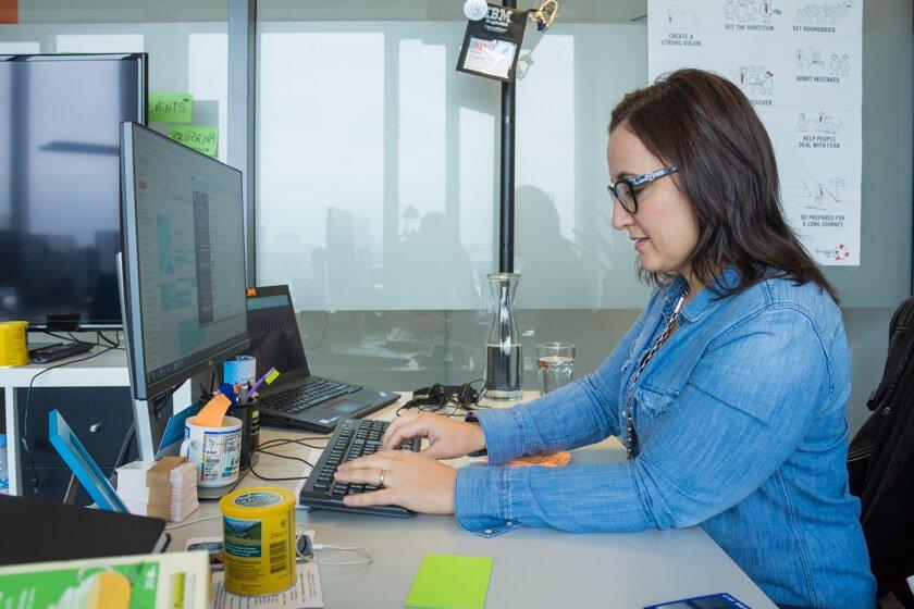 Digitale Leute - Nadia Vinciguerra - ecx.io - Nadia an ihrem Arbeitsplatz bei ecx.io in Düsseldorf.