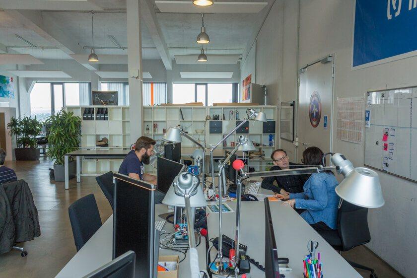 Digitale Leute - Nadia Vinciguerra - ecx.io - Da Nadia drei verschiedene Zuständigkeiten hat, ist sie mit vielen Kollegen im ständigen Austausch.