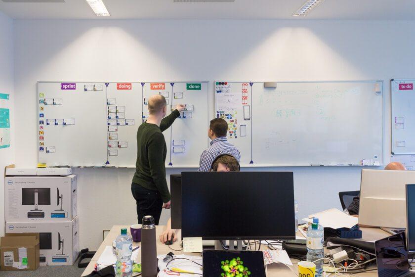 Digitale Leute - André Hoendgen - Justix - Das Entwicklungsteam bei Justix hat sowohl ein Scrumboard in Jira als auch ein physikalisches Board.