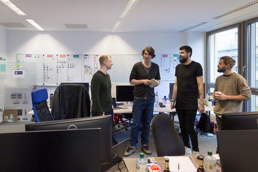 Digitale Leute - André Hoendgen - Justix - Jeden Morgen um 10 Uhr trifft sich das Team zum Standup, eigentlich aber in einem Raum mit Beamer und über Google Hangouts. Die Situation hier ist gestellt.