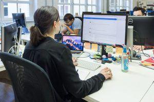 Adrienne Ossko sitzt vor dem Rechner