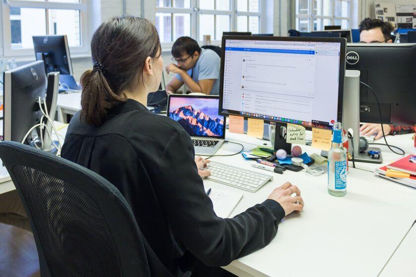 Digitale Leute - Adrienne Ossko - EyeEm - Adriennes Arbeitsplatz bei EyeEm in Berlin.