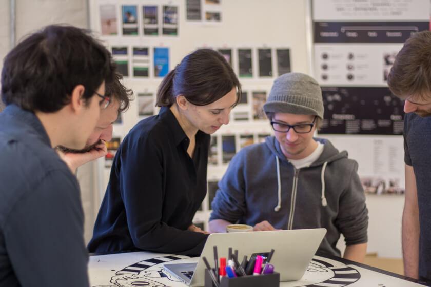 Digitale Leute - Adrienne Ossko - EyeEm - Beim daily Standup gleichen die Teammitglieder sich ab und besprechen Probleme.
