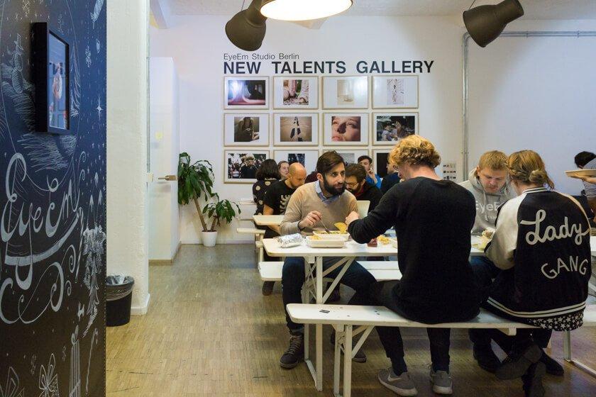 Digitale Leute - Adrienne Ossko - EyeEm - Bei EyeEm in Berlin gibt es öfter gemeinsames Mittagessen, bei deen Adrienne Ossko gerne dabei ist.