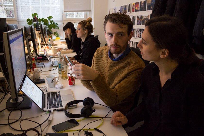 Digitale Leute - Adrienne Ossko - EyeEm - Adrienne bespricht sich mit einem Kollegen aus dem Marketing.
