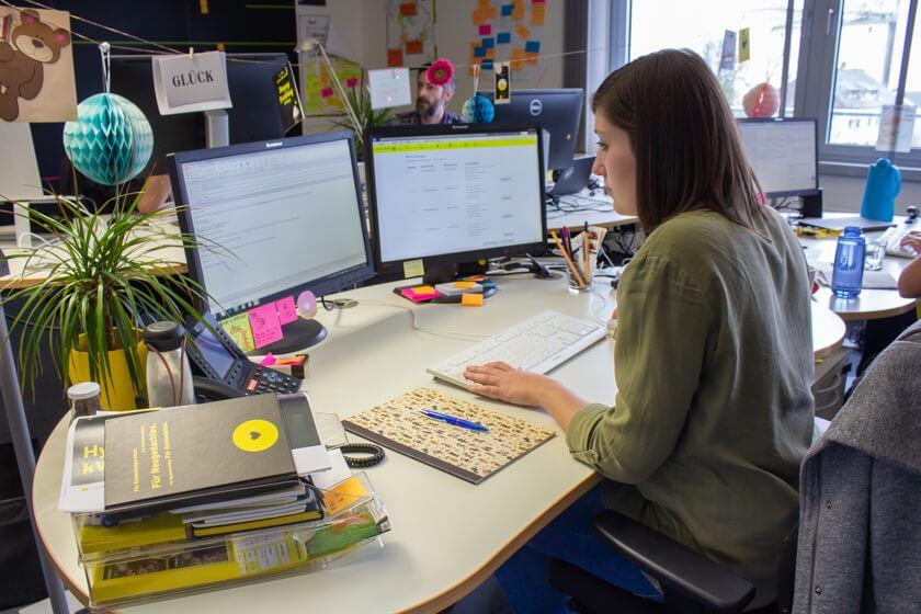 Jessica am Rechner