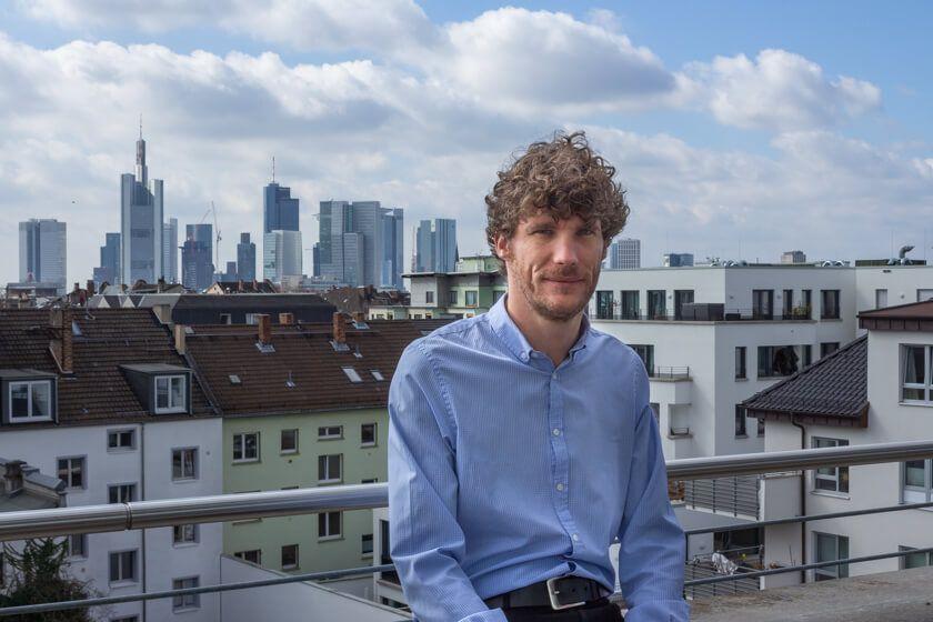 Digitale Leute - Thomas Lischetzki - Factset - Thomas Lischetzki, Senior Business Consultant bei Factset auf dem Balkon des Frankfurter Office.