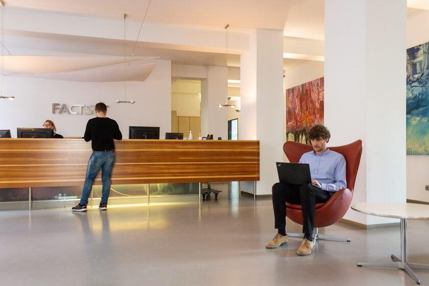 Digitale Leute - Thomas Lischetzki - Factset - Bei Factset hat Thomas als klassischer Berater begonnen, wurde dann aber aufgrund seiner Erfahrung in der Entwicklung als Produkt Owner für die Weiterentwicklung der API angefragt.