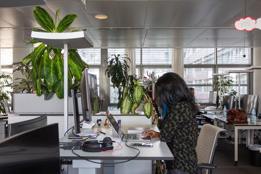 Jannet arbeitet an ihrem Arbeitsplatz.