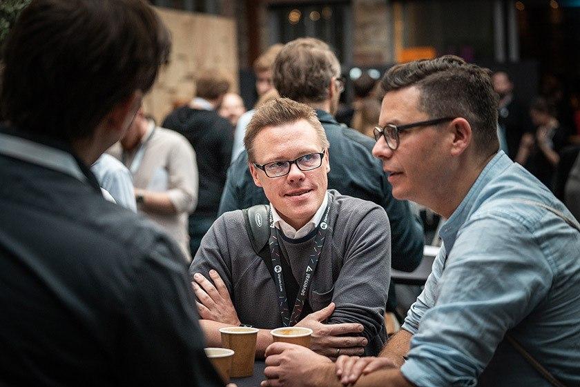 Fachlicher Austausch in lockerer Atmosphäre beim Digitale Leute Summit 2018 in Köln.