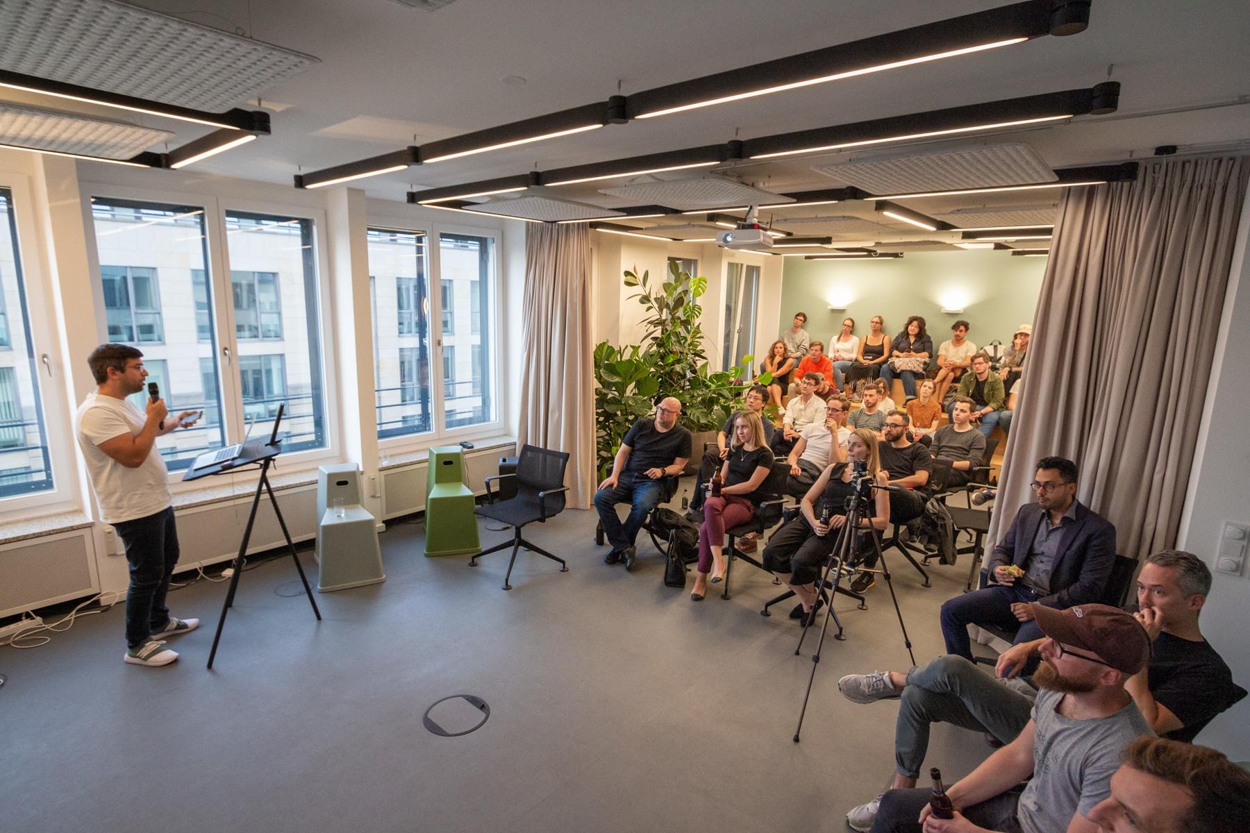 Speaker und Auditorium beim 8. Digitale Leute Meetup in Berlin bei Piabo PR.