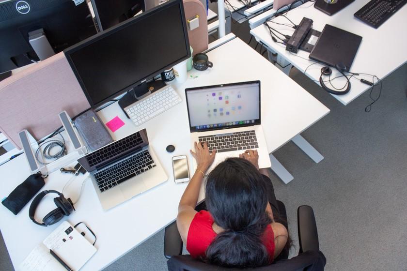 Kirandeep an ihrem Laptop bei HRS in Köln.