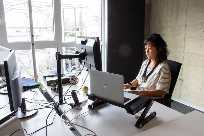Ann-Lee Chou an ihrem Arbeitsplatz bei Eyeo.