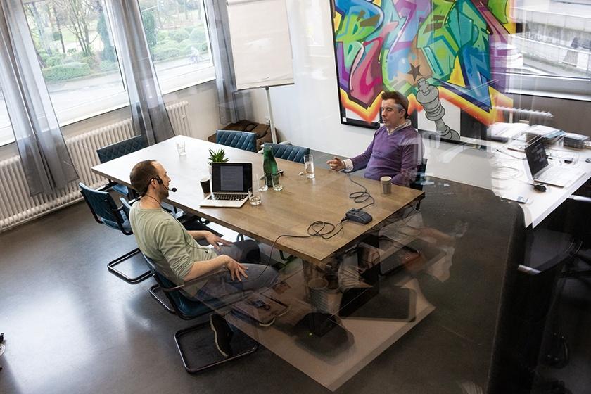 Oliver Pitsch und Christoph Bresler diskutieren beim Digitale Leute Podcast das Thema Dual Track Agile.