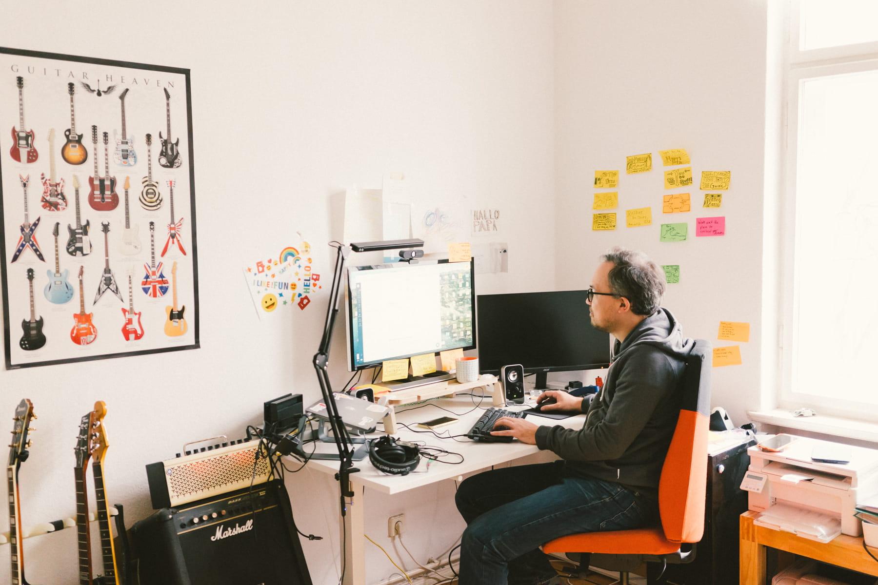 Mikio Braun im Home Office mit seiner Gitarrensammlung.