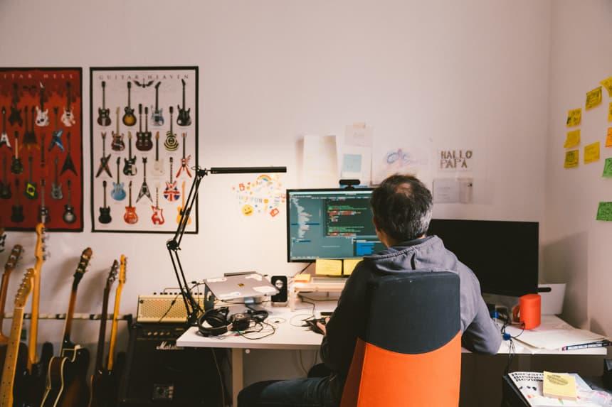 Mikio Braun sitzt an seinem Arbeitsplatz.