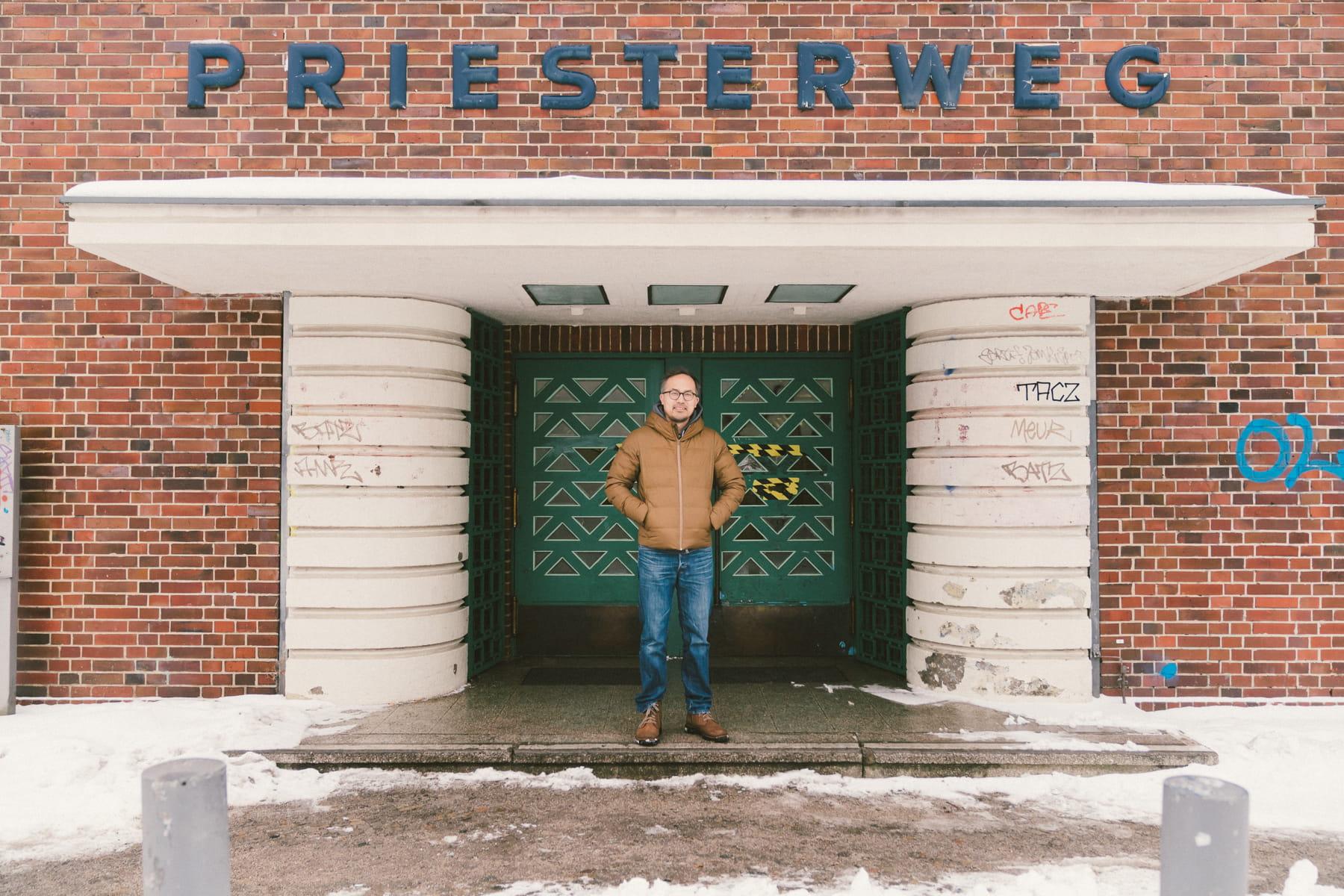 Mikio vor der Fassade des Priesterweg in Berlin.